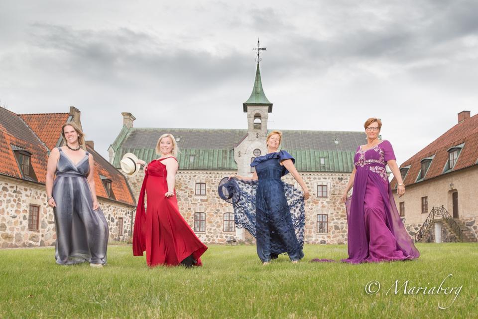 Balklänningar i naturen av fotograf Maria Berg Fröllinge slott